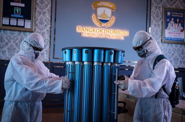 曼谷吞武里大血加强安全措施使用UVC光消毒机器人为学生建立信心