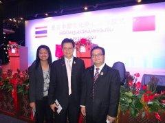 近百名曼谷大学在校中国留学生欢迎温家宝总理